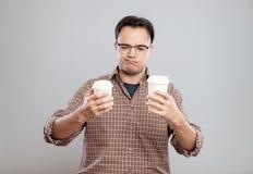 Портрет человека выбирая чашку кофе стоковые фотографии rf