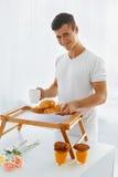 Портрет человека в утре завтрак романтичный Стоковое фото RF