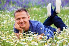 Портрет человека в цветистом луге Стоковое Фото