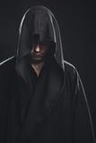 Портрет человека в черной робе Стоковое Фото