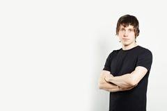 Портрет человека в черной футболке Стоковое Фото