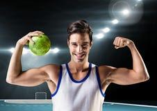 Портрет человека держа гандбол и изгибая muscles Стоковые Изображения RF