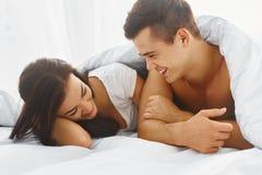 Портрет человека и женщины в кровати стоковые фотографии rf