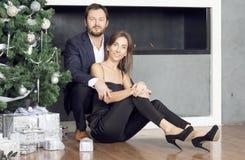 Портрет человека и женщины около рождественской елки Стоковое Фото