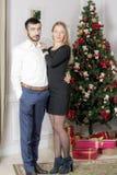 Портрет человека и женщины около рождественской елки Стоковые Фотографии RF