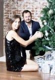 Портрет человека и женщины около рождественской елки Стоковая Фотография