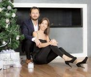 Портрет человека и женщины около рождественской елки Стоковая Фотография RF