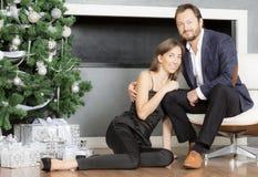 Портрет человека и женщины около рождественской елки Стоковые Фото