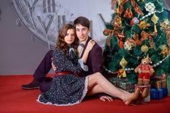 Портрет человека и женщины около рождественской елки Стоковое фото RF
