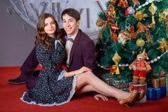 Портрет человека и женщины около рождественской елки Стоковое Изображение RF