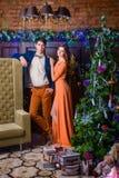 Портрет человека и женщины около рождественской елки Стоковые Изображения