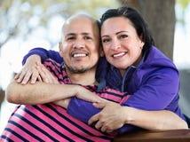 Портрет человека и женщины счастливо обнимая один другого Стоковое фото RF