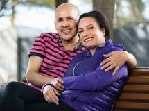 Портрет человека и женщины счастливо обнимая один другого Стоковое Фото