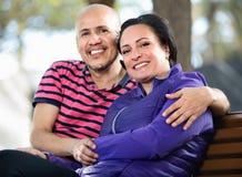 Портрет человека и женщины счастливо обнимая один другого Стоковые Изображения