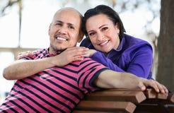Портрет человека и женщины счастливо обнимая один другого Стоковые Фотографии RF