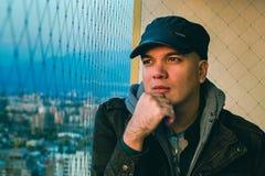 Портрет человека на балконе Задумчивый на балконе Стоковая Фотография RF