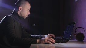 Портрет человека на его компьтер-книжке на ноче с стороной концентрации акции видеоматериалы