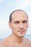 Портрет человека на пляже стоковое изображение rf
