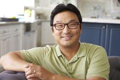 Портрет человека ослабляя на софе дома стоковое изображение rf