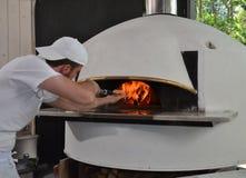 Портрет человека пиццы хлебопека Стоковая Фотография RF