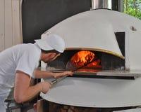 Портрет человека пиццы хлебопека Стоковое Изображение RF