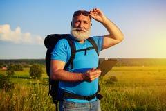 Портрет человека при белая борода нося рюкзак и животики данных Стоковая Фотография