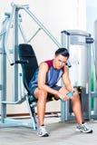 Портрет человека сидя на спортзале Стоковая Фотография RF