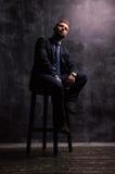Портрет человека сидя на стуле Стоковая Фотография
