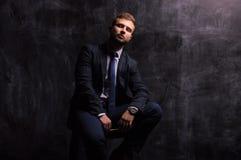 Портрет человека сидя на стуле Стоковое Изображение RF