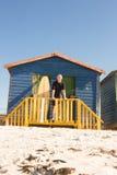 Портрет человека стоя с surfboard в хате Стоковая Фотография RF