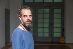 Портрет человека с гитарой, промышленным положением Стоковые Фотографии RF