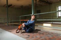 Портрет человека с гитарой, промышленным положением Стоковая Фотография RF