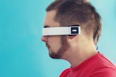 Портрет человека с современным технологическим прибором Стоковая Фотография RF