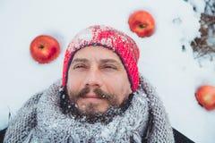 Портрет человека с сырым мясом бороды пожирая Голодное северное бородатое ест мясо Стоковое Изображение