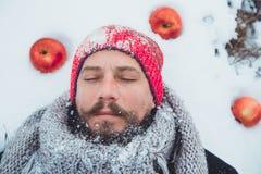 Портрет человека с сырым мясом бороды пожирая Голодное северное бородатое ест мясо Стоковое фото RF