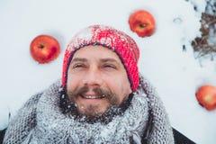 Портрет человека с сырым мясом бороды пожирая Голодное северное бородатое ест мясо Стоковая Фотография
