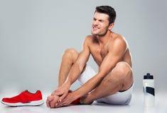 Портрет человека фитнеса с болью ноги стоковое изображение rf