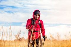 Портрет человека hiker идя в сценарный ландшафт поля Стоковое фото RF