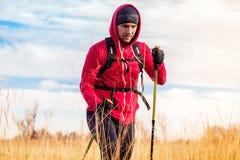 Портрет человека hiker идя в сценарный ландшафт поля Стоковая Фотография RF
