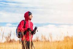 Портрет человека hiker стоя в поле и смотря сценарный ландшафт поля Стоковое фото RF