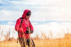 Портрет человека hiker стоя в поле Стоковая Фотография