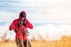 Портрет человека hiker стоя в сценарном ландшафте поля Стоковая Фотография RF