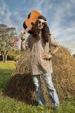 Портрет человека hippie с гитарой стоковая фотография
