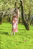 Портрет чувственного усмехаясь белокурого леса дамы Enjoying весной Стоковые Фотографии RF