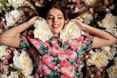 Портрет чувственной женщины лежа вниз на цветках Стоковые Фото