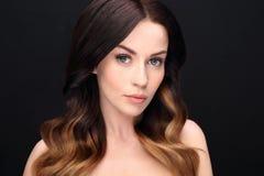 Портрет чувственной женщины кладя волосы Стоковые Изображения