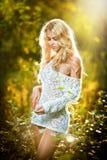 Портрет чувственной молодой белокурой женщины на поле в сексуальном белом коротком платье Стоковые Фото