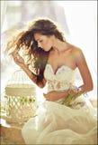 Портрет чувственной kinky девушки в белом платье в профиле снова Стоковые Фото