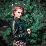 Портрет чудесной девушки в древесине ели с цветками Стоковые Изображения