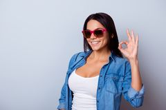 Портрет шаловливой молодой латинской девушки с внутри вскользь одежды Стоковые Изображения